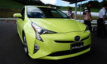 Toyota Prius ใหม่ มีสีเขียวช่วยประหยัดน้ำมันได้ให้เลือกที่ญี่ปุ่น