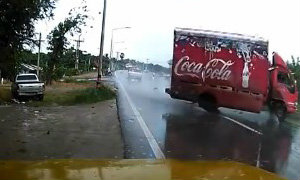คลิปนาทีระทึก! รถบรรทุกน้ำอัดลมซิ่งแหกโค้งหวิดชน
