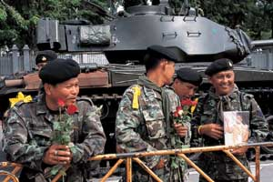 ประชาชนนำดอกไม้มามอบให้ทหาร