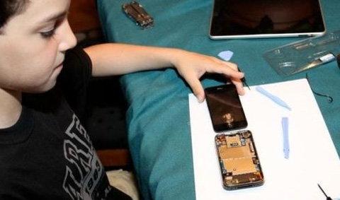 ตะลึง!!! เด็ก 10 ขวบซ่อมจอไอโฟนได้เอง