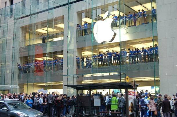 โฉมหน้าผู้ที่ได้เป็นเจ้าของ iPhone คู่แรกของโลก