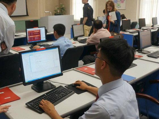 """ตามไปดู คน """"เกาหลีเหนือ"""" เค้าใช้คอมพิวเตอร์กันอย่างไร?!"""