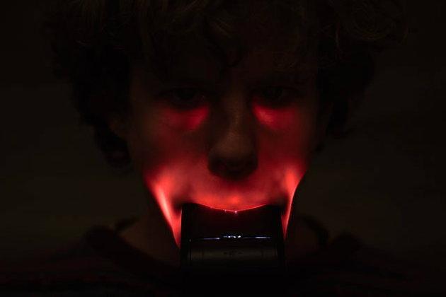 คิดได้ไง! ภาพ Portrait สุดแปลกจากการเอาแฟลชกล้องเข้าปาก