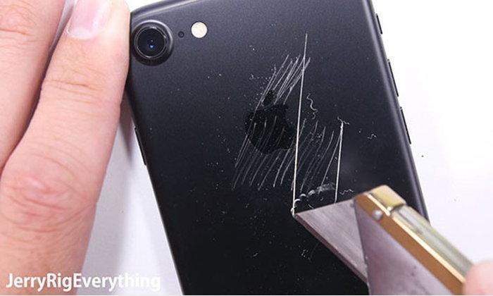 จับ iPhone 7 ทดสอบความทนทานสุดโหด ทั้งขูด ลนไฟ และจับงอ จะทนได้แค่ไหนไปดูกัน!