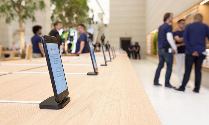 กล้าได้อีก Apple ยกเลิกใช้สายรั้งเครื่องของ iPhone ตัวโชว์ใน Apple Store