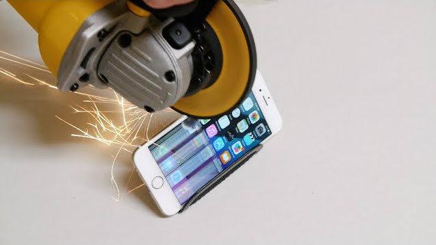 จะเกิดอะไรขึ้นเมื่อ iPhone 6 เจอเครื่องตัดเหล็กหั่นจนเละ [ชมคลิป]