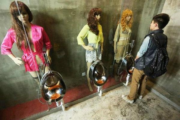 """ร้านฯตั้งหุ่นนางแบบเซ็กซี่ ในห้องน้ำ"""" ผู้คนรุมโวย""""ปัสสาวะไม่ออก-เสียสมาธิ"""""""
