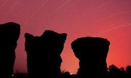 คืนมหัศจรรย์นอนนับดาวที่มอหินขาว เสาหินมหัศจรรย์ จ.ชัยภูมิ