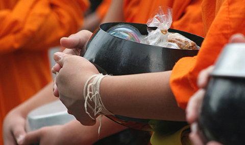 ประเพณีตักบาตรข้าวต้มลูกโยน สระบุรี
