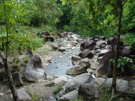 ธารน้ำร้อนบ่อคลึง แช่ออนเซ็นแบบไทยๆ ที่สวนผึ้ง