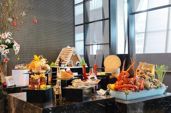 บุฟเฟ่ต์นานาชาติวันคริสมาต์ที่โรงแรม ดิ โอกุระ เพรสทีจ กรุงเทพฯ