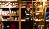 """""""อิเคะบุคุโร""""  ร้านหนังสือพักค้างแรมได้  ที่ [BOOK AND BED TOKYO] แหล่งรวมนักท่องเที่ยวเข้าหากัน"""
