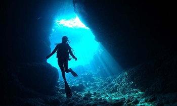 """""""ถ้ำสีฟ้าแห่งโอกินาว่า"""" เป็นสถานที่แบบไหนกันนะ? และเพราะอะไรถึงมองเห็นเป็นสีฟ้า?"""