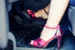 อุทาหรณ์! สาวขับเก๋ง ส้นสูงกระเด็นขัดคันเร่งจนค้าง พุ่งชนร้านแฟมิลี่มาร์ทพัง