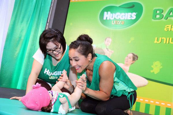 """ครั้งแรกในประเทศไทยกับ """"เบบี้โยคะ"""" โดยผ้าอ้อมเด็กฮักกี้ส์"""