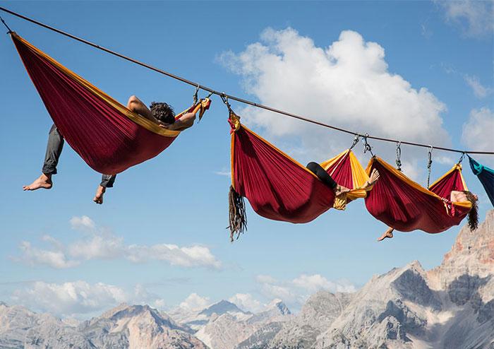 ทึ่ง! เทศกาลนอนเปลเสี่ยงตายบนเทือกเขาแอลป์