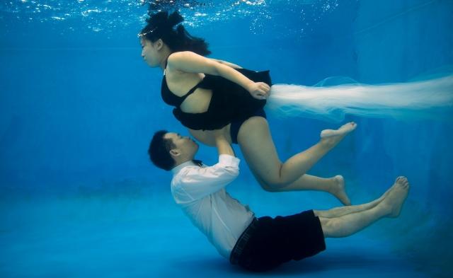 คู่รักชาวจีนแหวกแนว ตั้งท้อง-ดำน้ำ-ถ่ายรูป